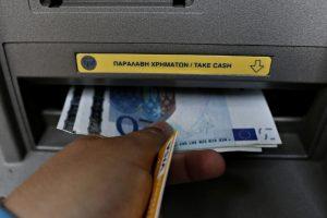 «Χαράτσι» σε όσους σηκώνουν χρήματα από ATM
