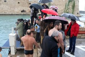 Σταυρό.. απο 13 κολυμβητές στο Ηράκλειο