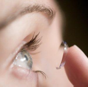 Τι κινδύνους κρύβουν για τα μάτια μας οι κοσμητικοί φακοί επαφής