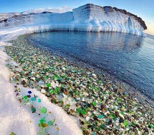 """Η φύση μετέτρεψε χωματερή μπουκαλιών σε """"γυάλινη παραλία"""""""